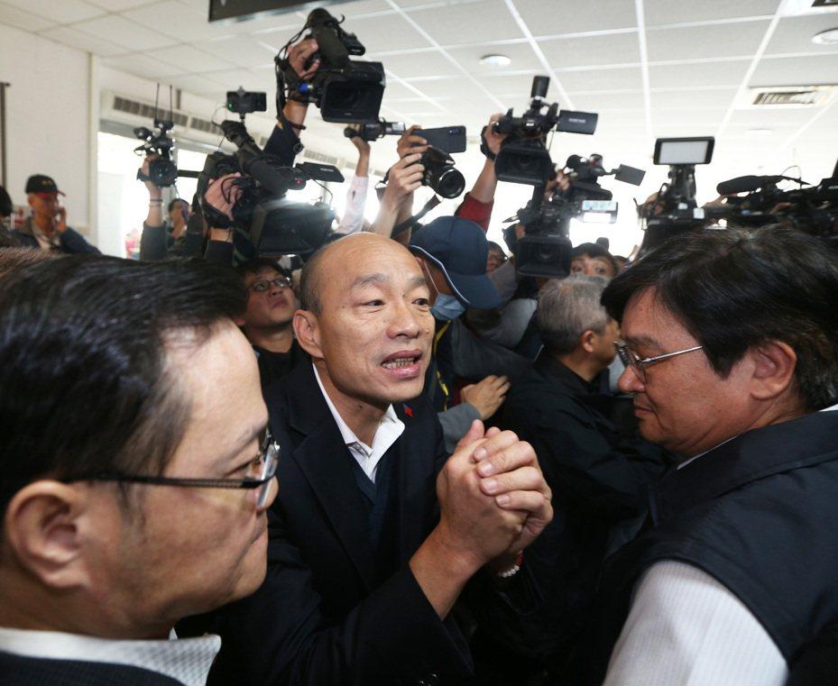 高雄市長韓國瑜(中)昨天銷假上班,首要急務是面對罷韓與內政的雙重考驗。記者劉學聖/攝影