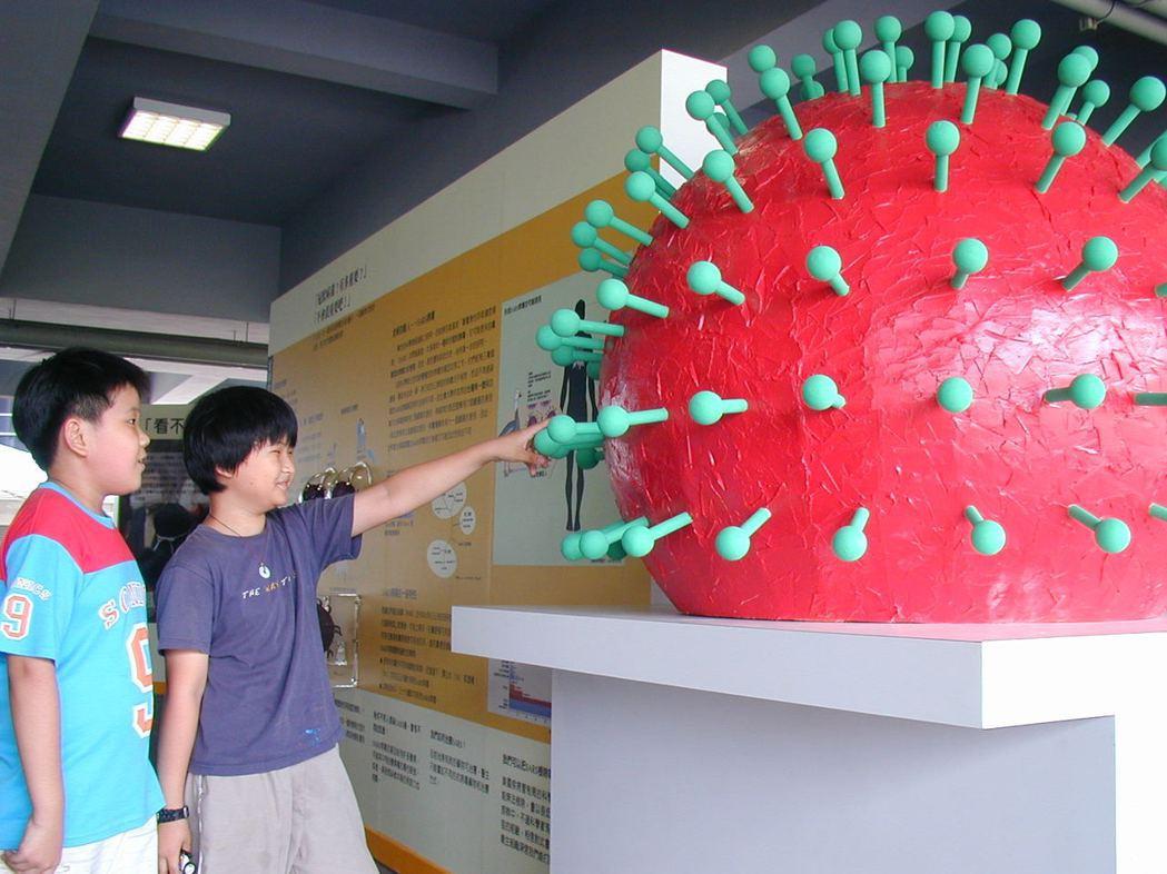 國內專家製作大型冠狀病毒模型,其中滿布的棒狀突起的S長釘蛋白,在顯微鏡下看來就像...