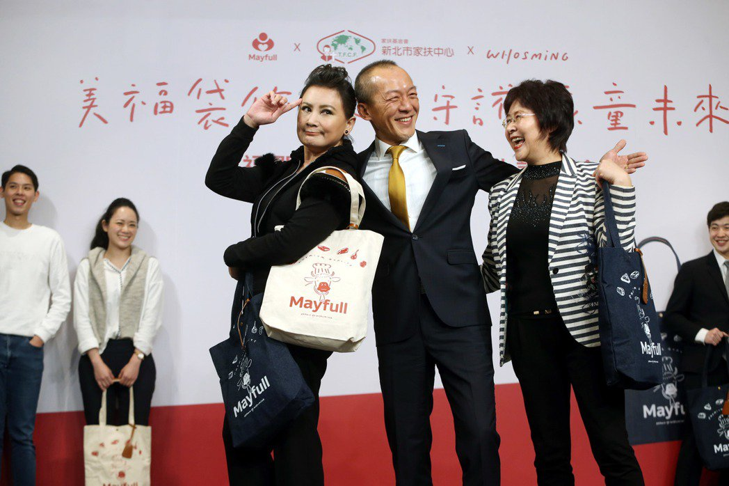 陳亞蘭(左三)出席美福關係企業慈善活動,幫忙推動美福關係企業舉辦的公益提袋義賣活...