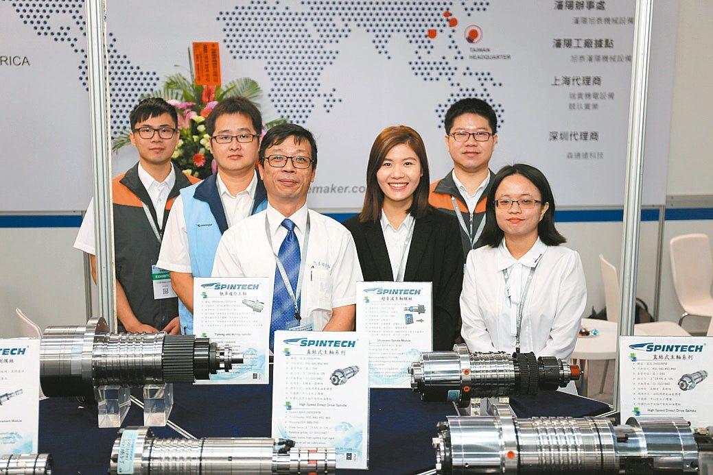 旭泰董事長王政榮(左三)與工作夥伴合影。 黃奇鐘/攝影