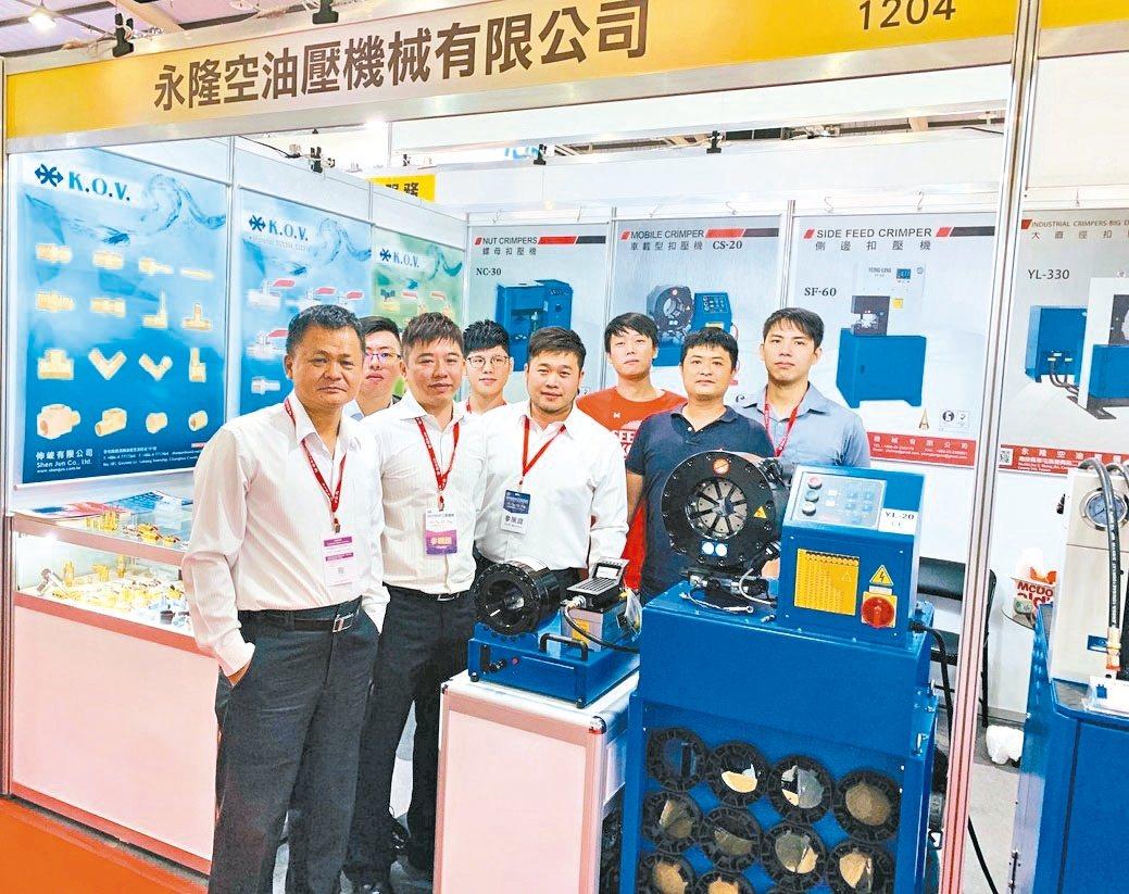 永隆空油壓機械公司總經理吳天福(左一)帶領優質研發及銷售團隊。 蔣佳璘/攝影