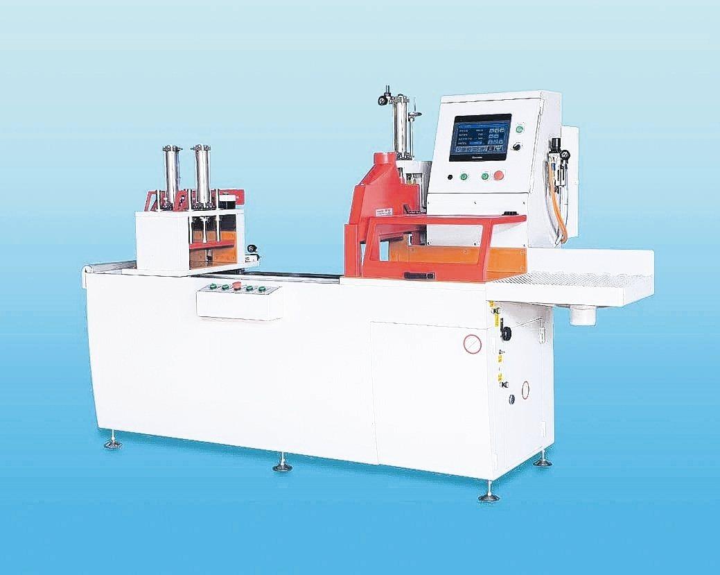 冠盛機械新開發的NCS-500伺服送料鋸料機,機台穩固鋸切精度高。 冠盛機械/提...
