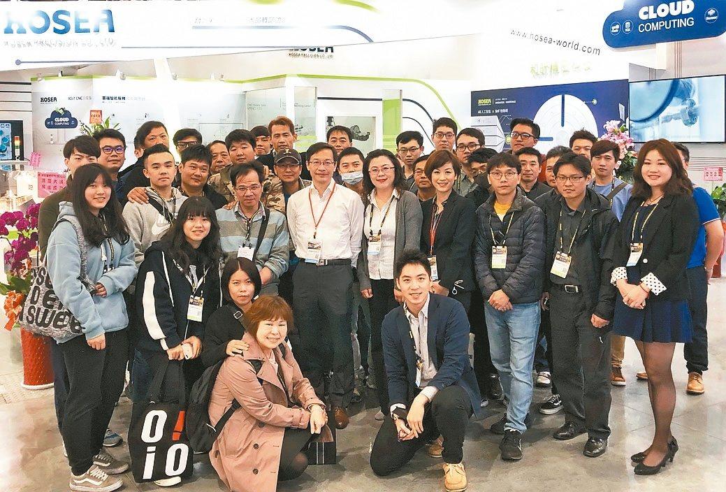 和昕精密科技總經理魏煜成(第二排中)帶領團隊取得「AS9100D航太工業品質管理...