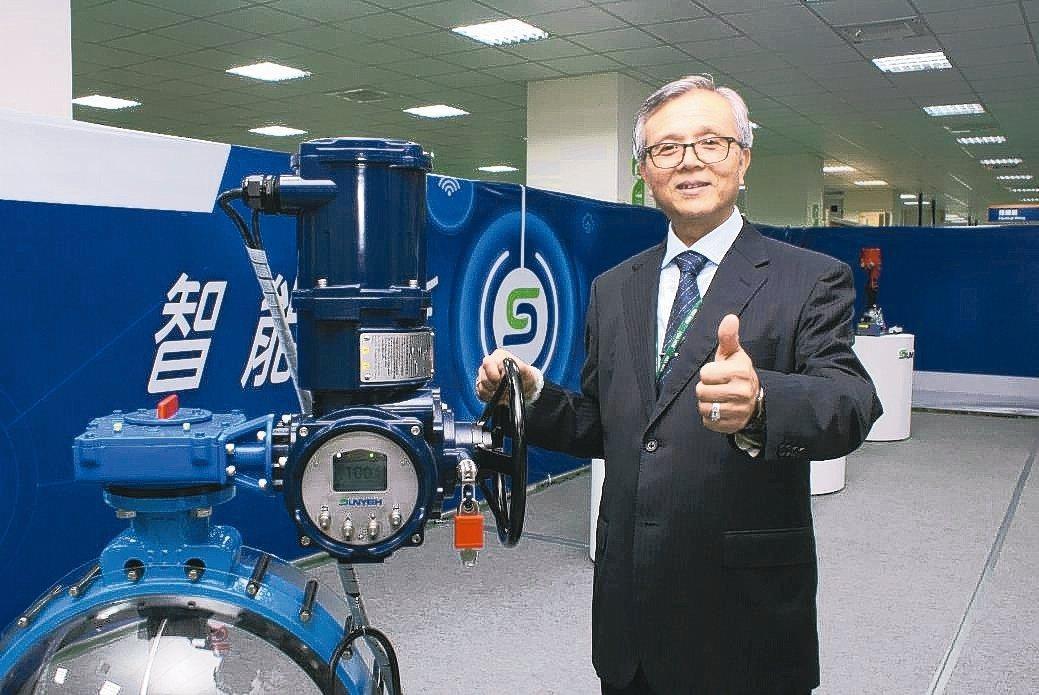 山野電機發表全球第一顆「全電壓智能型多迴轉電動驅動器」。 吳青常/攝影
