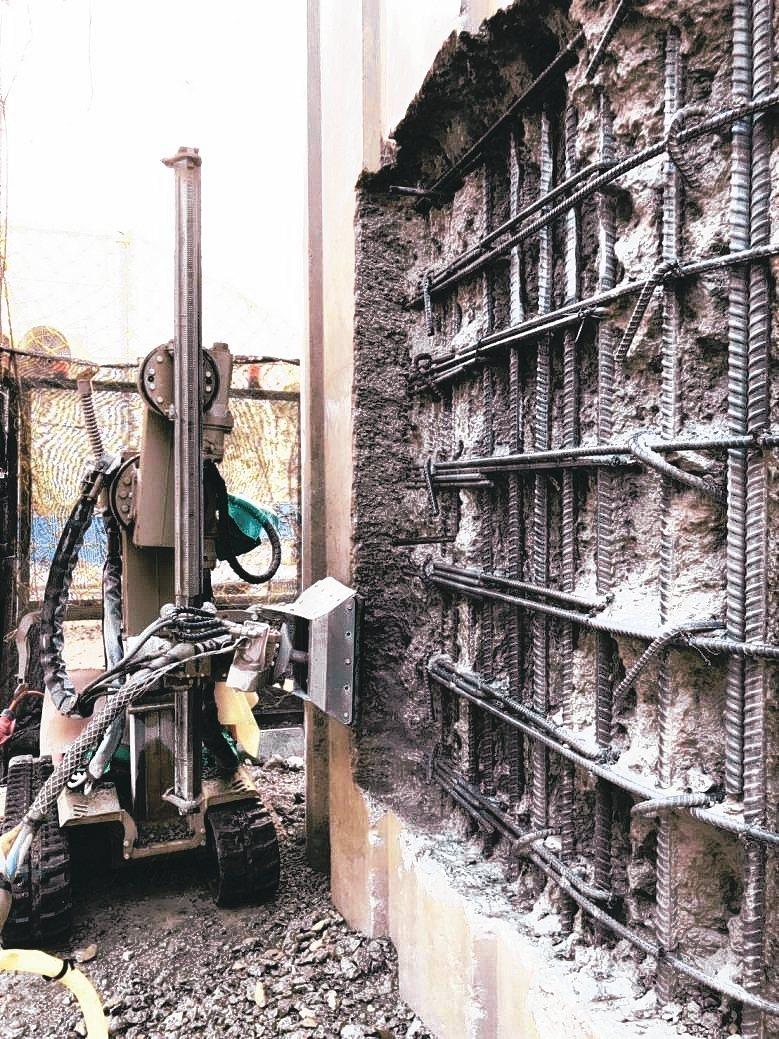 翔裕公司進口AQVA JET自動化水刀機械手臂混凝土撥除機,於國道4號后豐段從事...