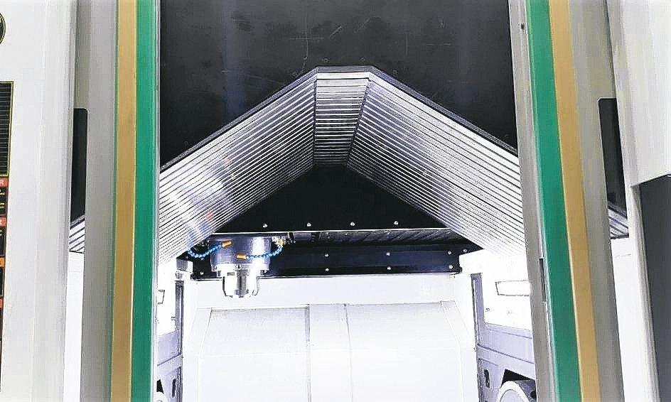 尚園DEFENDER「倒掛式鱗片式伸縮護罩」五軸加工機使用實例。 尚園公司/提供