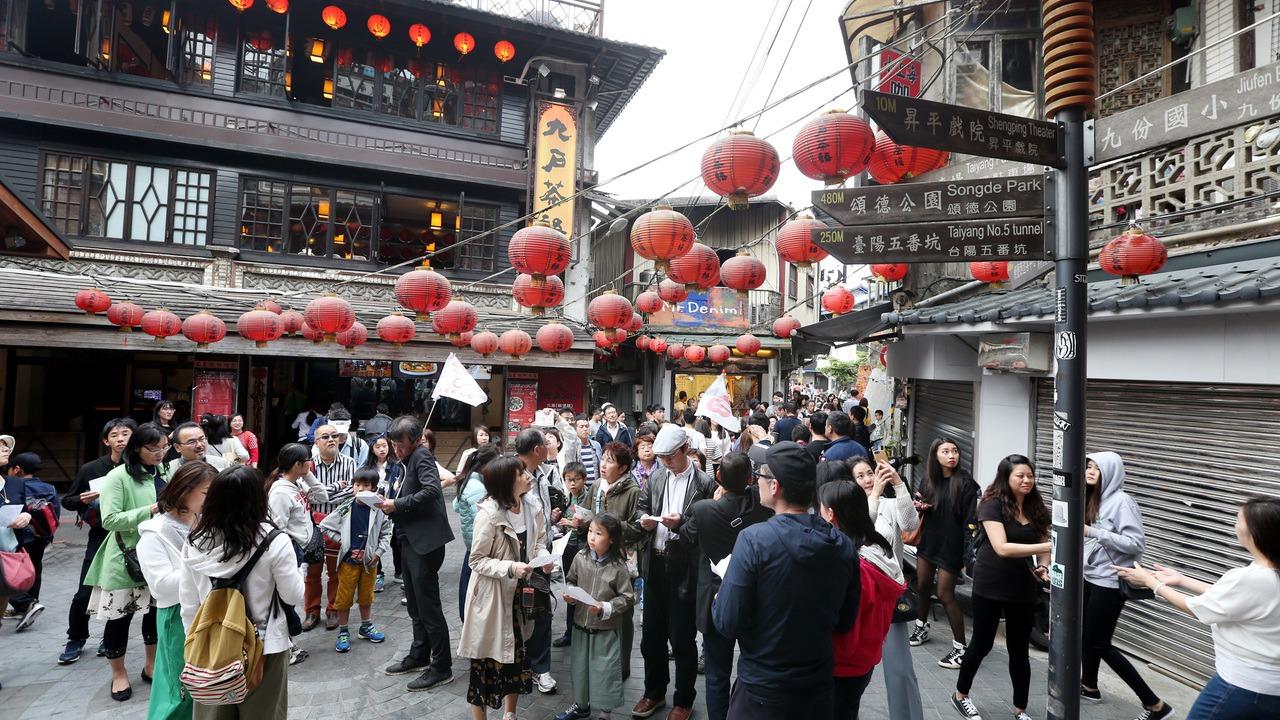 九份老街是許多日本觀光客的必去朝聖景點。 報系資料照