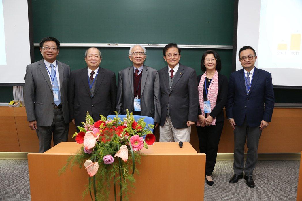 翁嘉盛(左起)、黃顯華、李正福、張懋中、盧秋玲、方頌仁等貴賓合影。 交大/提供