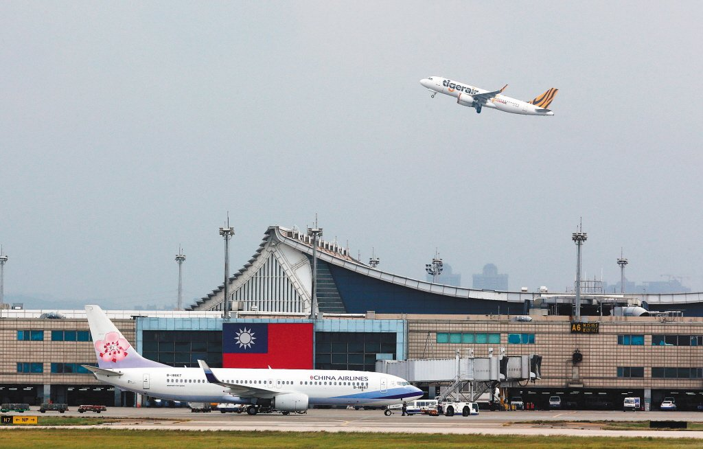 圖為桃園機場跑道上降落的飛機。 聯合報系資料照片/記者鄭超文攝影