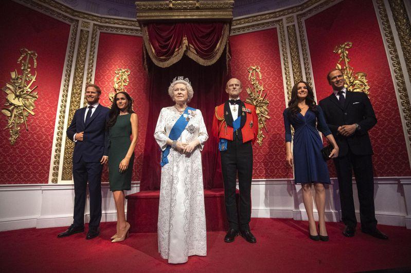 倫敦杜莎夫人蠟像館英女皇旁邊本來是哈利與梅根的塑像。(美聯社)