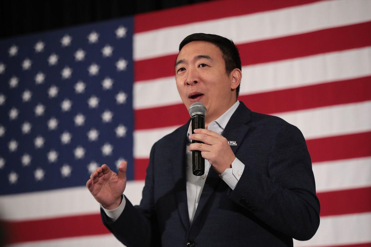 去年12月有七位參選人辯論,但楊安澤(Andrew Yang)沒有取得14日辯論...