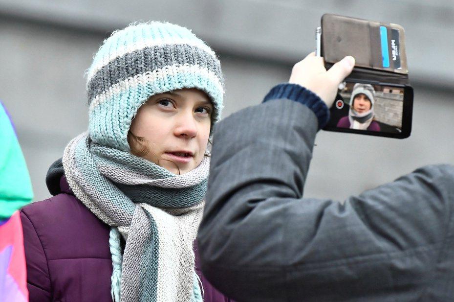 瑞典環保少女童貝里(Greta Thunberg)批評瑞士信貸銀行貸款給化石燃料業,把銀行代言人網球天王費德勒(Roger Federer)一併罵了進去;費德勒對此回應,很高興有人提醒他應盡的責任,會和銀行討論相關問題。 路透社