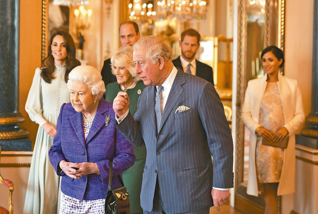 英國女王伊麗莎白二世13日召開峰會,商討哈利與梅根退出王室高級成員的危機。圖為王...