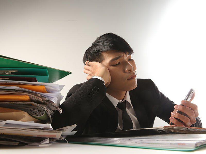 勞動部今天公布去年「勞工生活及就業狀況調查」,近一年有加班的勞工占46.3%,較上次調查下降1.5個百分點,但每月加班工時略升0.3小時。 聯合報系資料照片