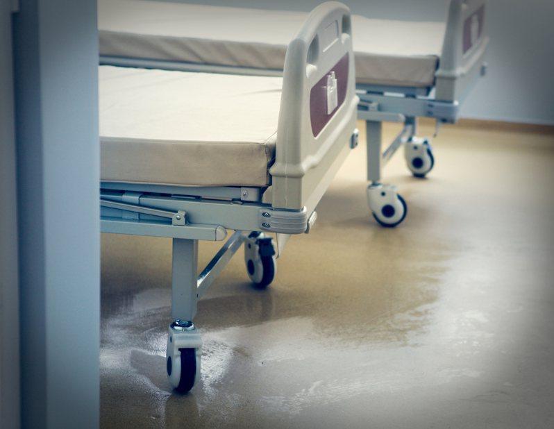 據報導,武漢市把感染新型冠狀病毒的病患集中在當地金銀潭醫院治療,醫院保安嚴密,甚至有香港記者採訪時被帶走。 示意圖/ingimage