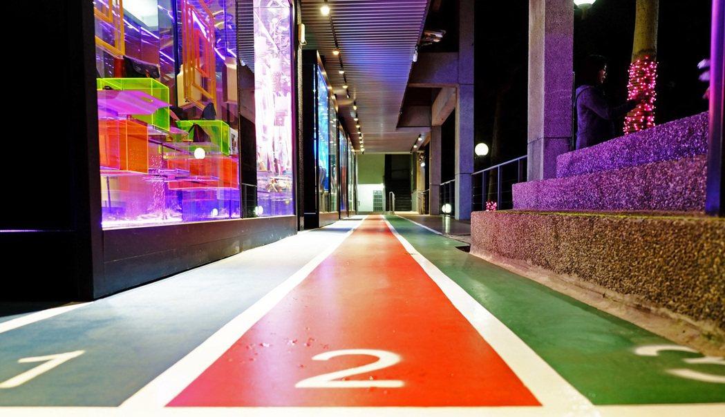 彩色階梯改造成兼具功能性、美觀性與教育性的展示空間。龍華科大/提供