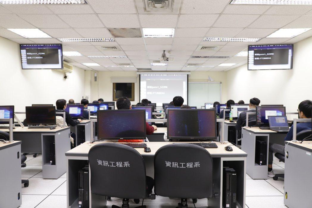 台大資訊系統訓練班35年來維持著低價的學費以及教學經驗豐富的師資。台大資訓班/提...