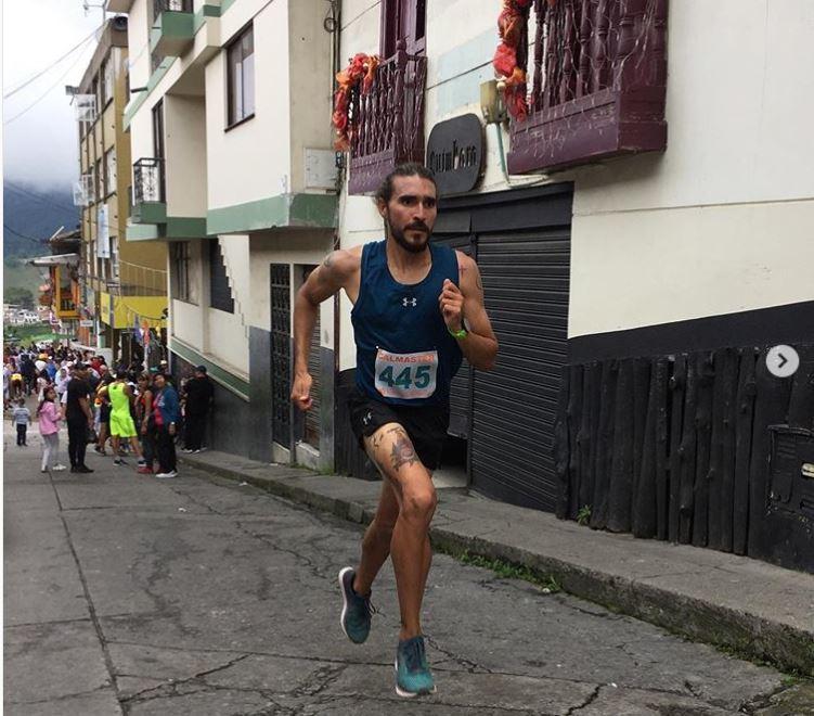 一名哥倫比亞長跑選手,因為在比賽過程中踢飛路上的小狗,遭贊助商Under Arm...