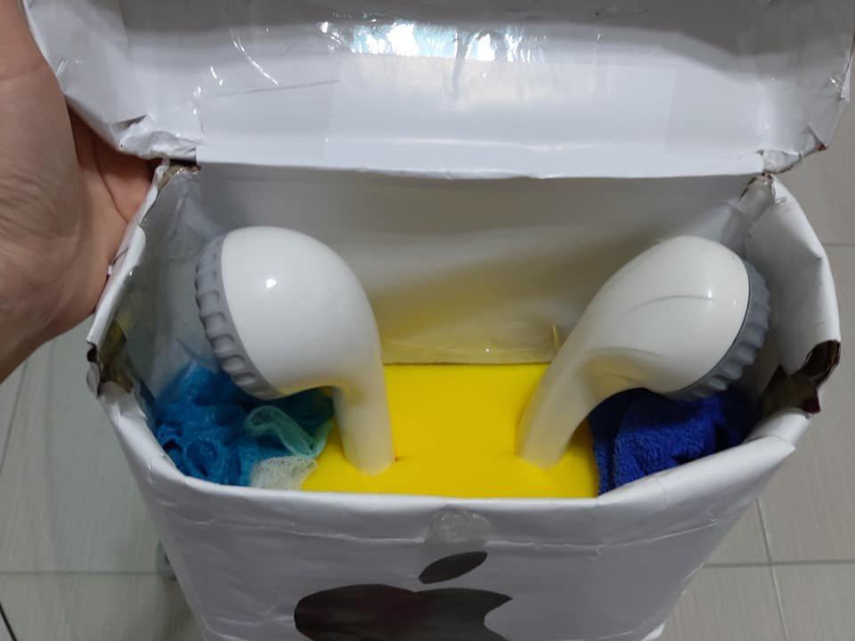 同事發揮創意,將蓮蓬頭裝扮成藍芽耳機,讓女網友哭笑不得。 圖/翻攝自爆怨公社