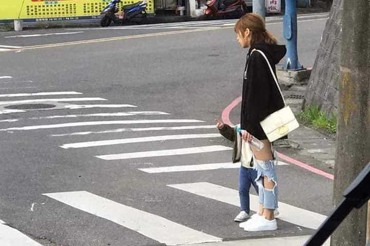 辣媽穿破褲「白皙美腿」若隱若現 網暴動驚呼:快看到屁股蛋了!