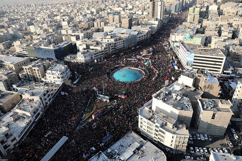 大批民眾出席伊朗指揮官蘇萊曼尼,與伊拉克指揮官穆罕迪斯之葬禮,攝於伊朗德黑蘭。 圖/路透社