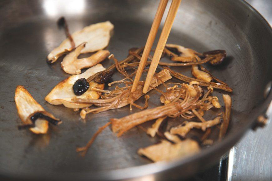 以芝麻油乾煎乾燥菇,逼出香氣,加入火鍋讓湯頭更有層次。 圖/主婦聯盟提供
