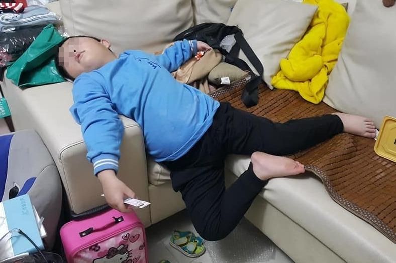 媽曝兒睡姿「太奇葩」 單腳懸空都沒醒網笑翻: 這個不讚不行!