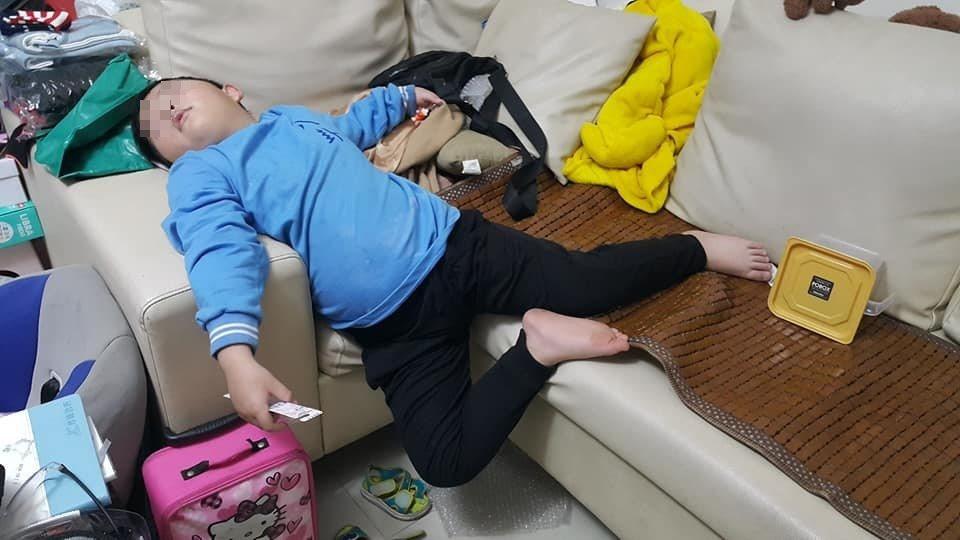 一名媽媽分享自己兒子奇葩的睡姿照。 圖片來源/爆廢公社