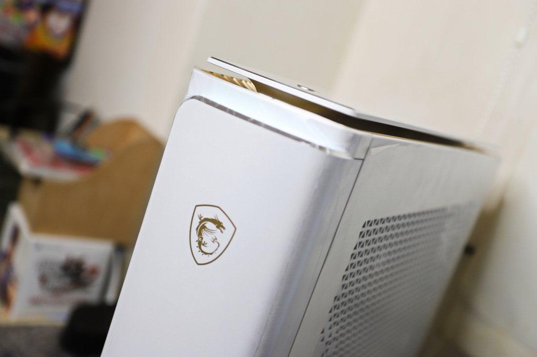 面板採雙層設計,以上、銀鑽石切邊,配合不錯的LED光源發色、機體散熱孔外觀設計。...