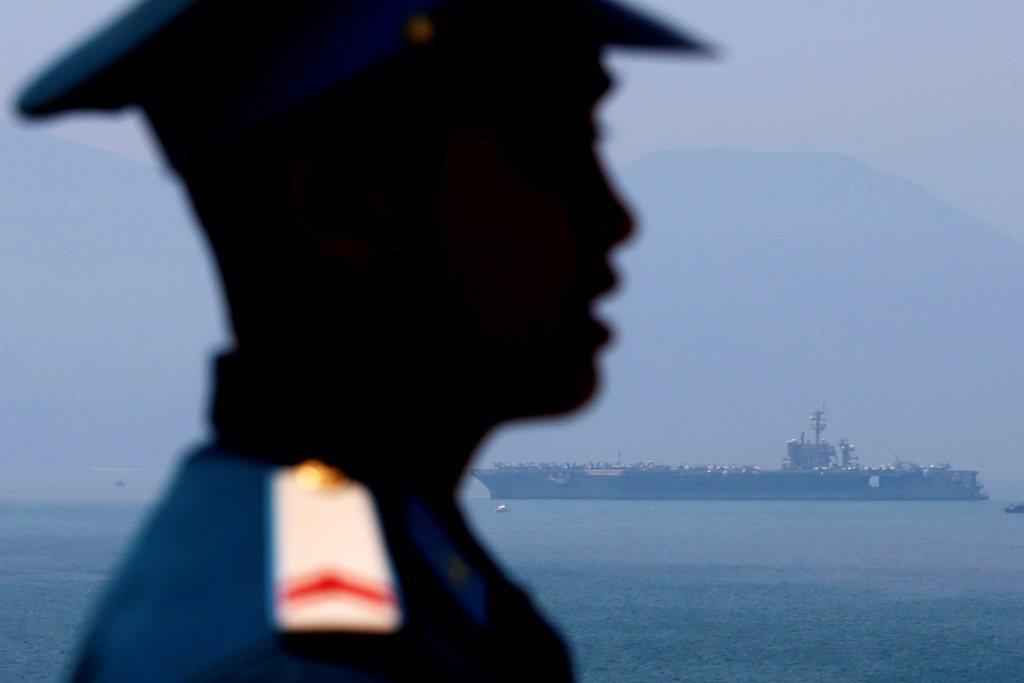 越南更在中共南海島礁要塞化的同時,快速重新建立和美日海空軍的合作關係。後為美航母卡爾文森號。 圖/路透社