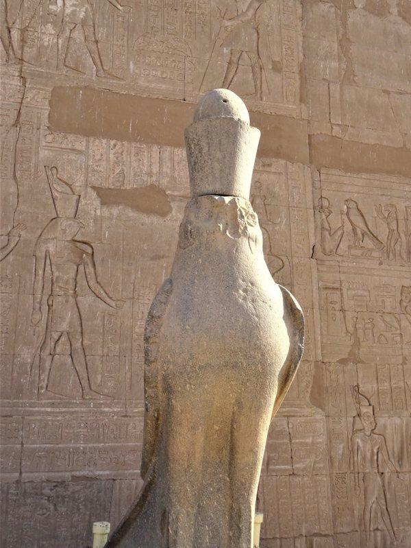 神廟大門入口右方的荷魯斯鷹形雕像