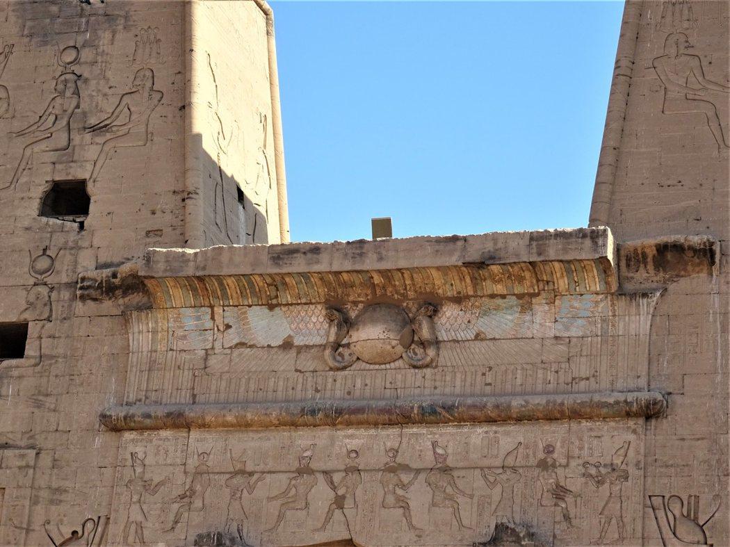 神廟大門上方神聖的毒蛇瓦吉特(Wadjet)
