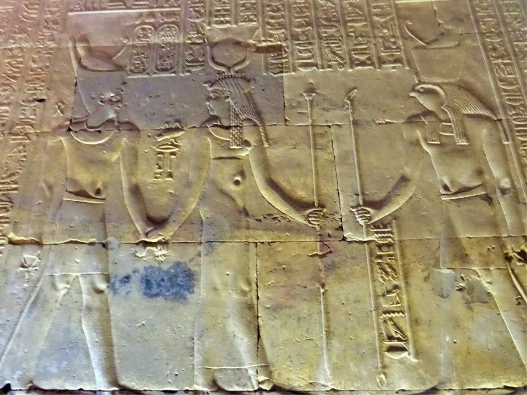 伊西斯與荷魯斯象徵法老王權