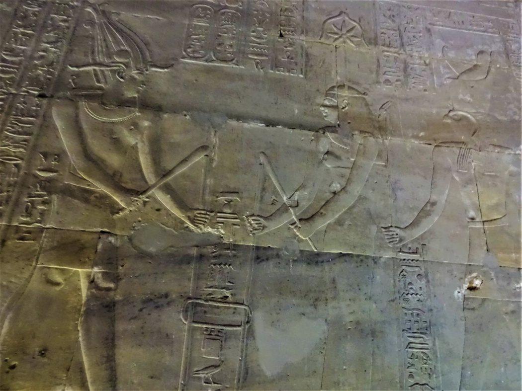 頭頂七角星冠的書寫女神塞莎特(Seshat)代表法老的智慧