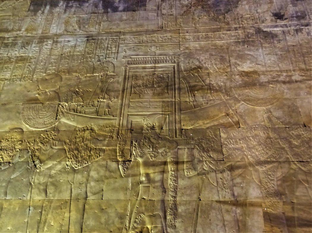 抬舉荷魯斯頭形聖船奉獻圖雕