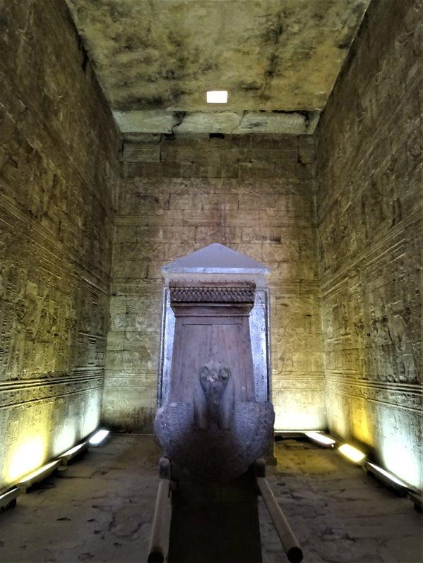 裝在黑花崗岩神龕裡的荷魯斯頭形聖船
