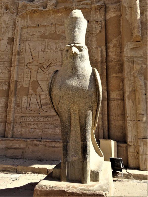 遊客排隊攝影的鷹形荷魯斯