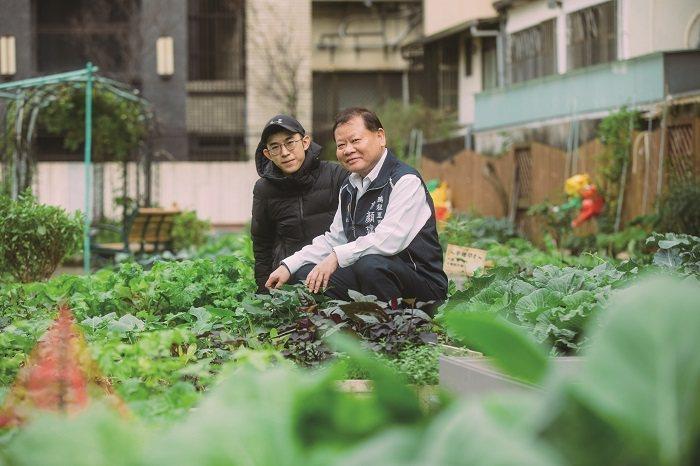 在鵬程里里長許顏建(右)和里幹事呂煜齡(左)的推動與維護下,如今的快樂農園綠意盎...