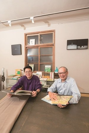 「草率季」台北藝術書展主辦人黃偉倫(左)、台北書展基金會董事長林訓民(右)。(攝...