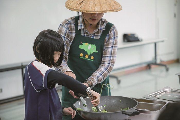由於是自己種的蔬菜,孩子們比平常更認真對待,也會珍惜不浪費。(攝影∕莊智淵)