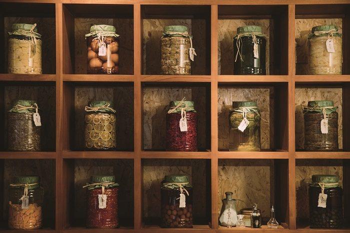 滿牆的發酵食物,都是黃靖雅和夥伴們親手製成。(攝影∕蔡耀徵)