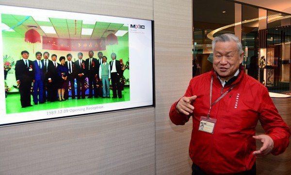 圖一 : 旺宏電子成立於1989年的12月9日,當時的員工僅有十來位,如今已是四千人的大企業。圖中為董事長吳敏求,說明當年成立時的種種。(攝影/籃貫銘)