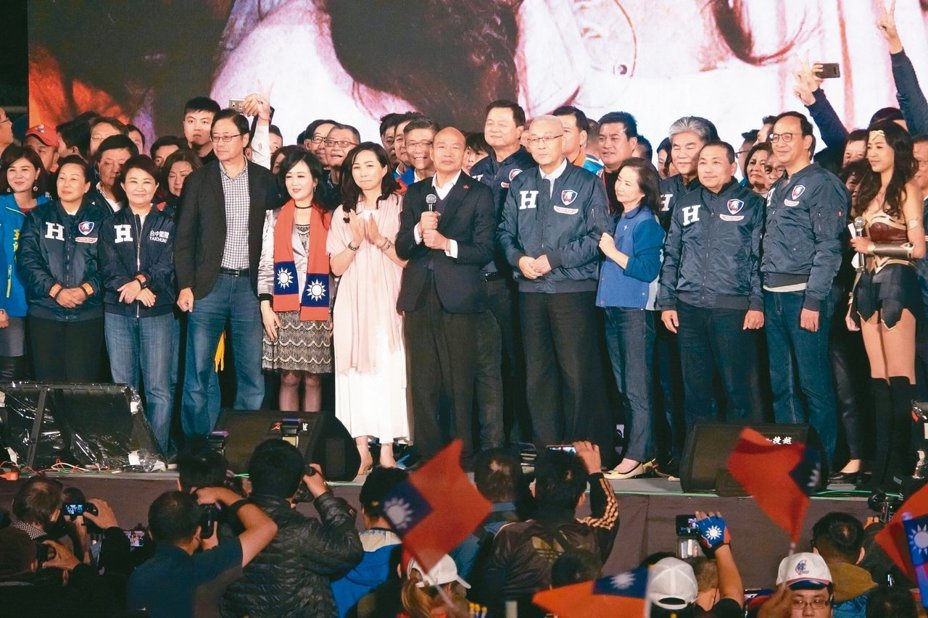 國民黨選戰大敗,一份最新民調顯示,黨主席吳敦義(前排右五)總統候選人韓國瑜(前排右六)最應為敗選負責。圖片/報系資料照片