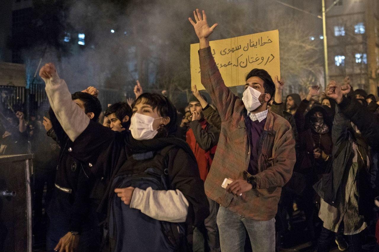 伊朗民眾上街抗議軍方誤擊烏克蘭客機,伊朗國營電視台兩名主播為此請辭。法新社