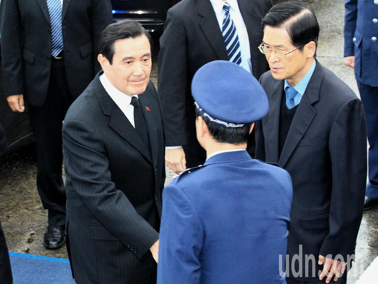 0102殉職將士聯合公奠上午在松山機場四號機棚舉行,馬英九前總統(左)出席。記者...