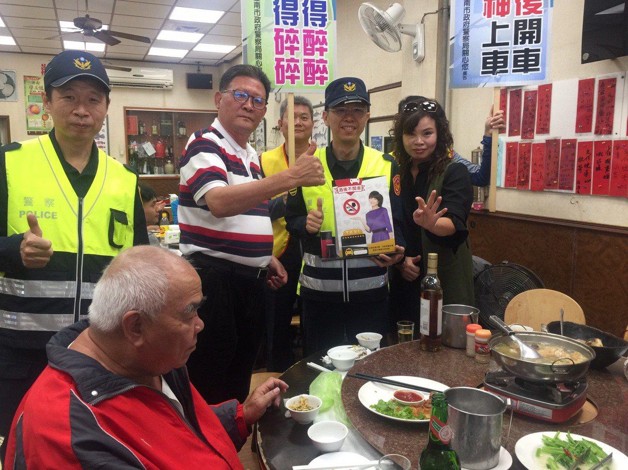 台南市交通警察大隊員警前往轄區餐廳宣導酒後不開車。圖/台南市交通大隊提供
