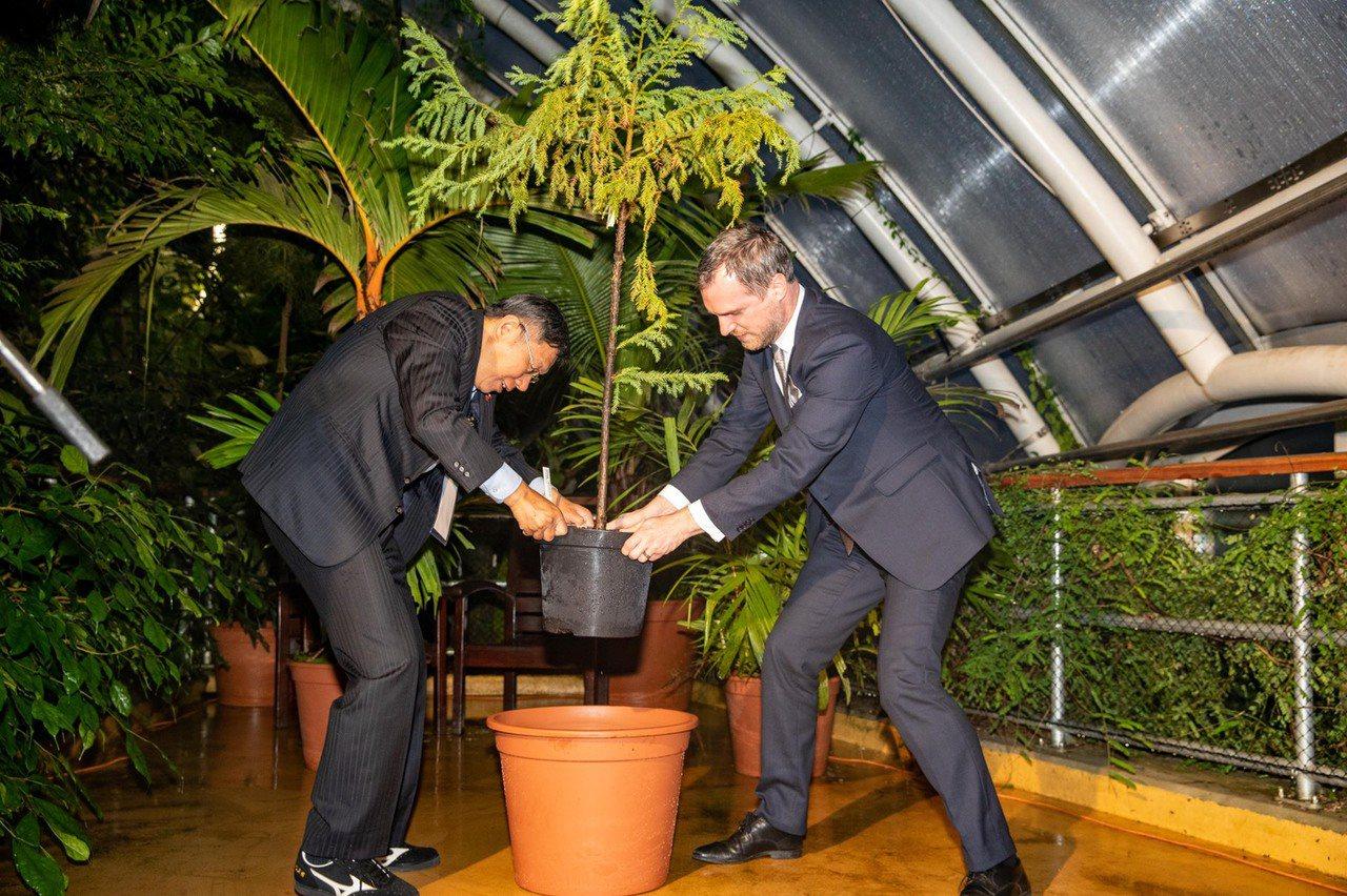 台北市長柯文哲與布拉格市長賀瑞普(Zdenek Hrib)雙方在台灣時間13日晚...