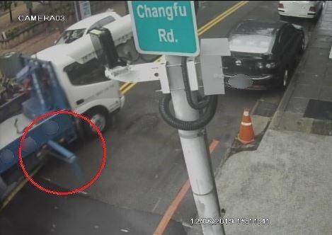 台中市東區杜姓女子去年底停在東區長福路的轎車,遭孔姓男子駕駛的貨車行經時劃傷,連...