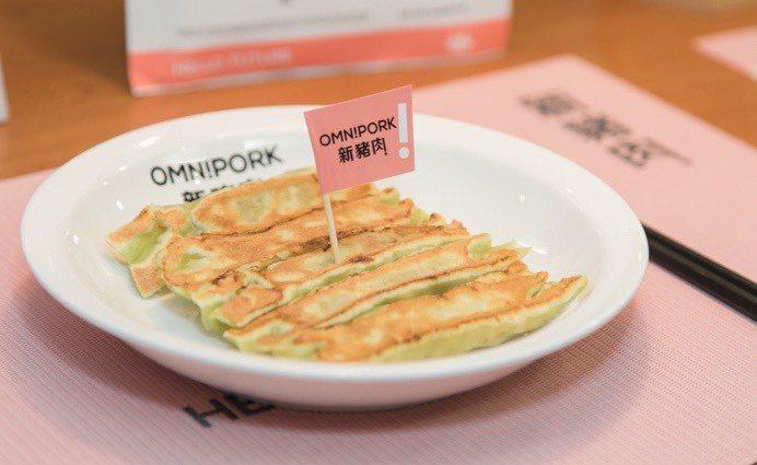 OmniPork新豬肉製成的「新蔬食鍋貼」在八方雲集近千家門店販售。 圖/八方雲...