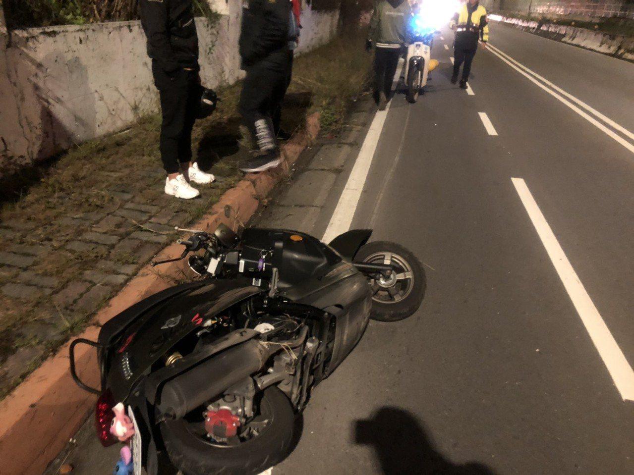 新北市一名林姓男子(19歲)先是自撞人行道後又撞到路燈,人當場噴飛倒地身亡。記者...